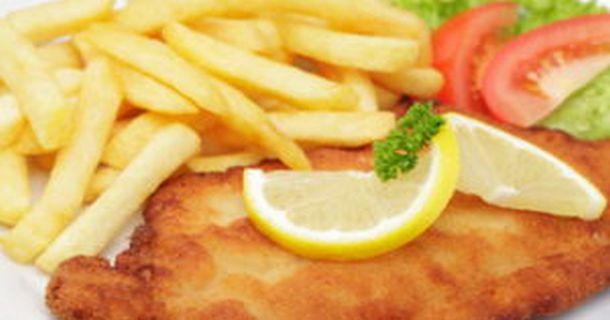Schweineschnitzel Wiener Art mit Pommes frites